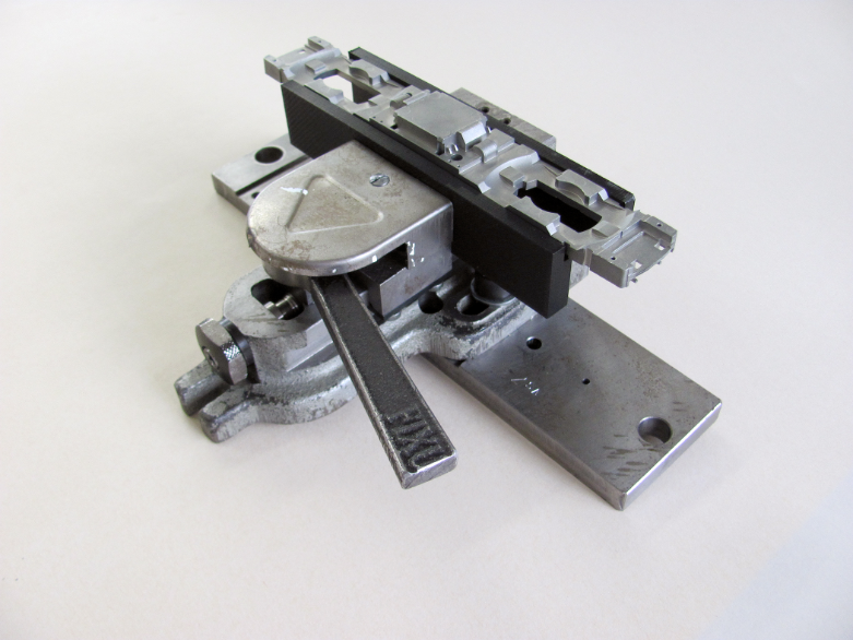 Märklin has partly replaced CNC-milled steel clamps in the manufacturing process and combined CNC-milled parts together with 3D printed components in the same tool.